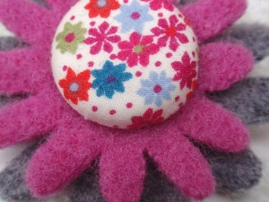 Grey & pink flower brooch - felt